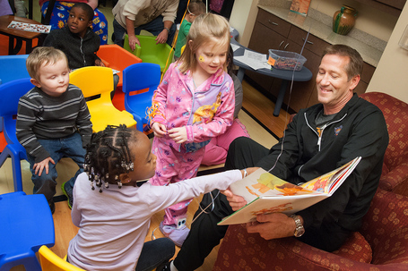 Jeff_hornacek_reading_to_st