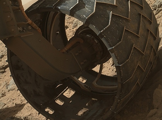 Curiosity-wheel-puncture-560