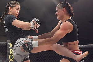 Rosi Sexton kicks Debi Purcell. Photo by Dave Mandel / Sherdog