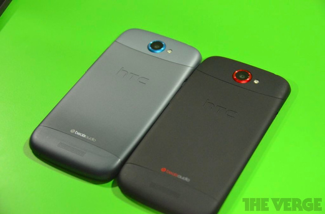 Gallery Photo: HTC One S in gray and One X in black hands on photos