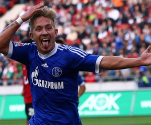 HANNOVER, GERMANY - AUGUST 26:  Lewis Holtby of Schalke celebrates the second goal during the Bundesliga match between Hannover 96 and FC Schalke 04 at AWD Arena on August 26, 2012 in Hannover, Germany.  (Photo by Christof Koepsel/Bongarts/Getty Images)