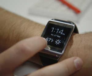 Galaxy Gear review still
