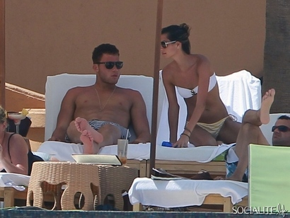 Blake-griffin-relaxes-vacation-girlfriend-friends-mexico-08202012-4-580x435