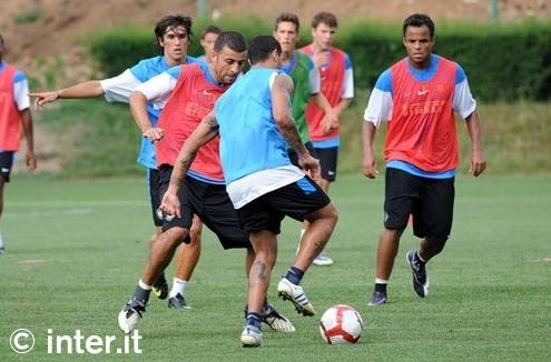 Quaresma, Samuel, and Mancini play keep away while the kids look on