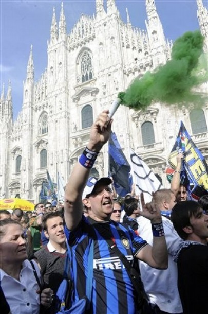 Back in Milan, the fans celebrate in front of the Duomo