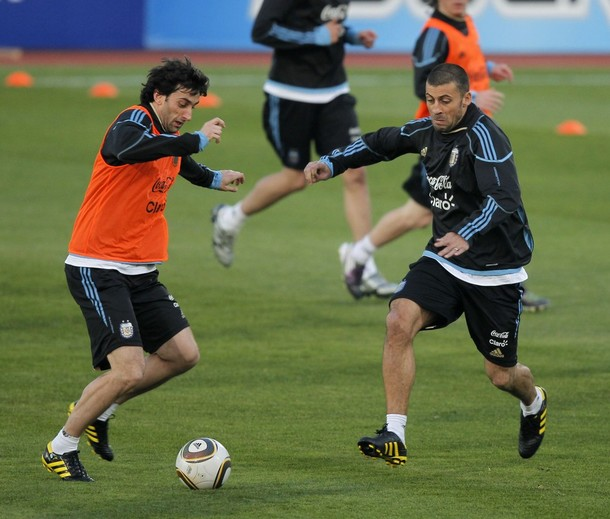 Sameul and Milito train with Argentina before the world cup