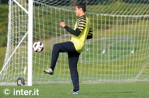 Julio Cesar Juggles the ball in training