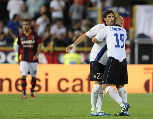 Milito and Cambiasso hug during Bologna
