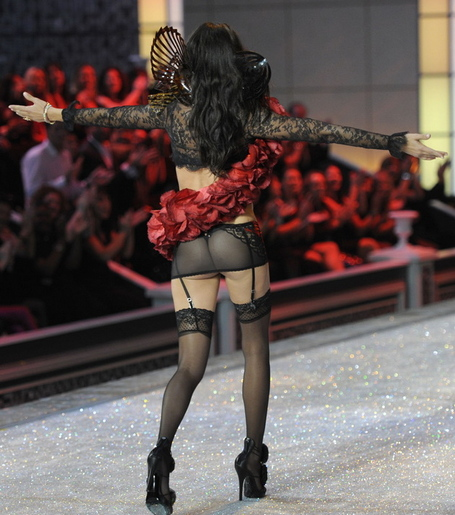 Adriana-lima-ass-victorias-secret-fashion-show-2011_medium
