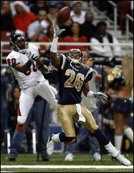 Tye_hill_r_st_louis_rams_bernard_berrian_l_200612120235097810_afp_medium