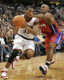 Chauncey Billups goes for the arm tackle on Willie Green