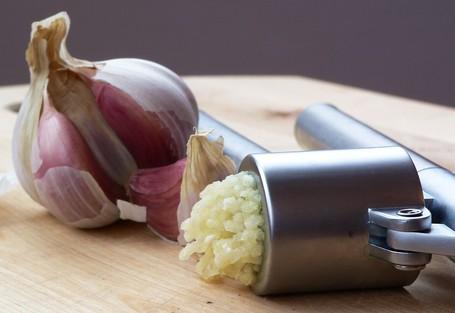 Garlic_press_and_garlic_medium