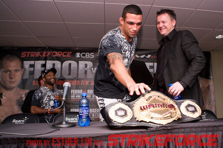 034_fabricio-werdum-tries-to-steal-belt_medium