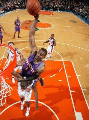 Amare_stoudemire_dunks_on_tim_thomas_2_medium