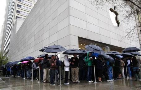 Customers-line-up-to-purchase-ipad-at-apple-store-in-chicago_12_medium