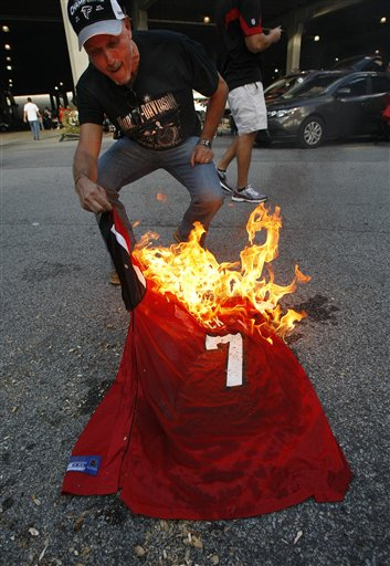new product 7cf64 b6c8a PHOTO: Atlanta Falcons Fan Burns Michael Vick Jersey Before ...